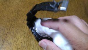 G-SHOCKの金属部分をガーゼで消毒